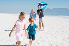 在海滩使用的家庭 免版税库存图片
