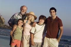 在海滩假期的家庭 免版税库存照片