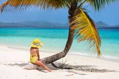 在海滩假期的小女孩 免版税图库摄影
