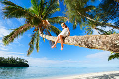 在海滩假期的小女孩 库存图片