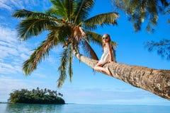 在海滩假期的小女孩 免版税库存照片
