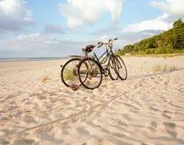 在海滩停放的两辆自行车 库存图片