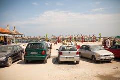 在海滩停放的汽车 库存照片