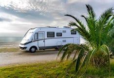 在海滩停放的露营者货车 免版税库存照片