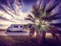 在海滩停放的露营者货车 免版税库存图片