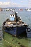 在海滩停泊的老渔船 免版税库存照片