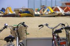 在海滩停车场的自行车 库存图片