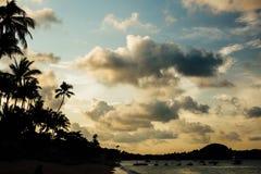 在海滩前海岸的旅馆,亚洲下的壮观的天空 免版税库存照片