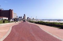 在海滩前的德班清洗空的人行道 库存照片