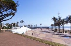 在海滩前的清早散步在德班 免版税图库摄影