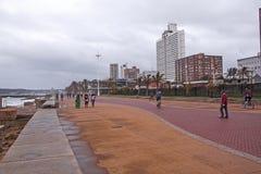 在海滩前的阴暗湿下午在德班南非 免版税图库摄影