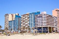 在海滩前金黄的英里的住宅复合体在德班 免版税库存图片