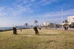 在海滩前金黄的英里的安静的散步反对Cty地平线 免版税库存图片