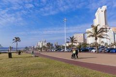 在海滩前金黄的英里的安静的散步反对Cty地平线 图库摄影