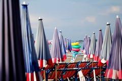 在海滩前面的伞 免版税库存图片