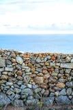 在海洋前面的墙壁 免版税库存照片