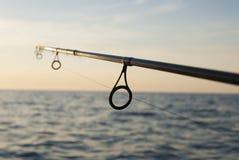在海水前面的实心挑料铁杆 免版税图库摄影