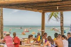 在海滩前面的拥挤餐馆 图库摄影