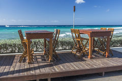 在海滩前面餐馆巴巴多斯的表 免版税库存图片