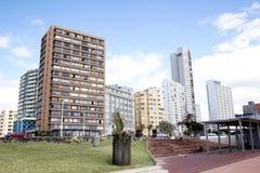 在海滩前Durbans金黄的英里的住宅复合体 库存照片