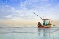 在海滩华hin的小船,泰国 免版税库存图片