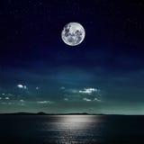 在海滩反射的满月 库存照片