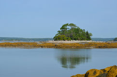 在海洋反映的一点法国海岛 库存图片