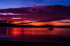 在海滩口岸巴顿,菲律宾的五颜六色的日落 库存照片