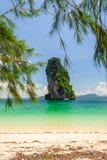 在海滩后的巨大的岩石 免版税库存照片