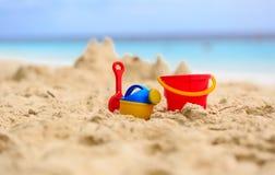 在海滩和孩子玩具的沙子城堡 免版税库存照片