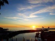 在海洋和小游艇船坞4k的日落 库存照片