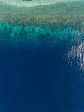在海洋和岩石的鸟瞰图 库存照片