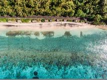 在海洋和岩石的鸟瞰图 免版税库存照片