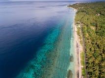 在海洋和岩石的鸟瞰图 免版税库存图片