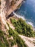 在海洋和岩石的鸟瞰图 图库摄影
