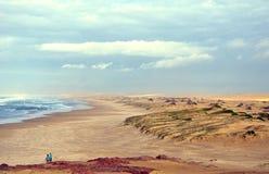 在海滩和沙丘的风雨如磐的天空 免版税图库摄影
