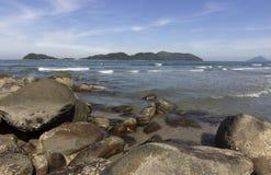 在海滩和海岛的黑岩石 库存图片