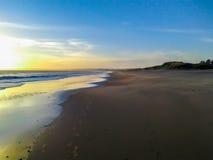 在海滩和海岸线的日落 免版税图库摄影