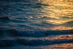 在海滩和海的日落 免版税库存图片