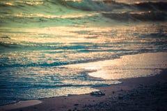 在海滩和海的日落 库存图片