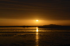 在海滩和海的秋天日出 库存图片