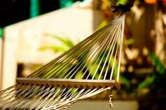 在海滩和海洋的吊床放松 免版税库存图片