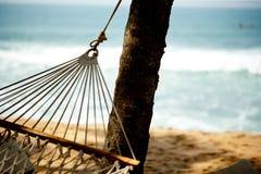 在海滩和海洋的吊床放松 免版税图库摄影