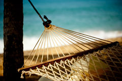 在海滩和海洋的吊床放松 免版税库存照片