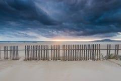 在海滩和海洋的Cloudscape在西班牙,在风暴前 图库摄影