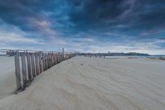 在海滩和海洋的Cloudscape在西班牙,在风暴前 免版税库存图片