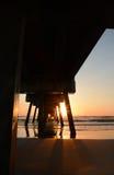 在海洋和码头的美好的日出 免版税库存图片