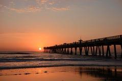 在海洋和码头的美好的日出 免版税图库摄影