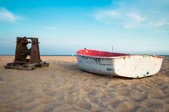 在海滩和蓝天的小渔船 库存照片