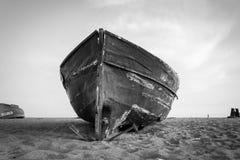 在海滩和蓝天的老渔船 免版税库存图片